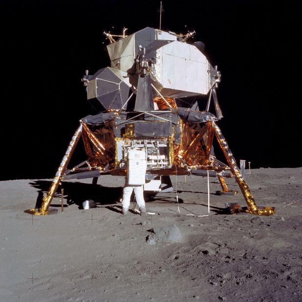 Buzz Aldrin despliega el equipo científico para la superficie lunar.