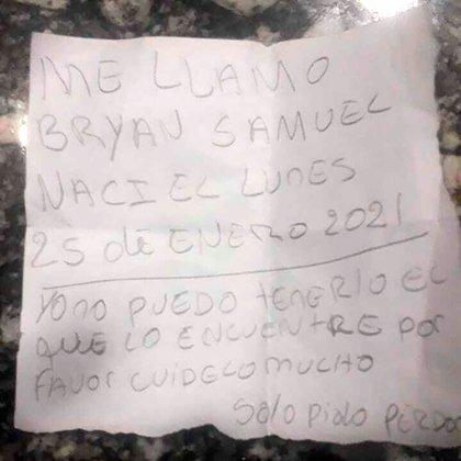 El cartel encontrado junto al bebé.