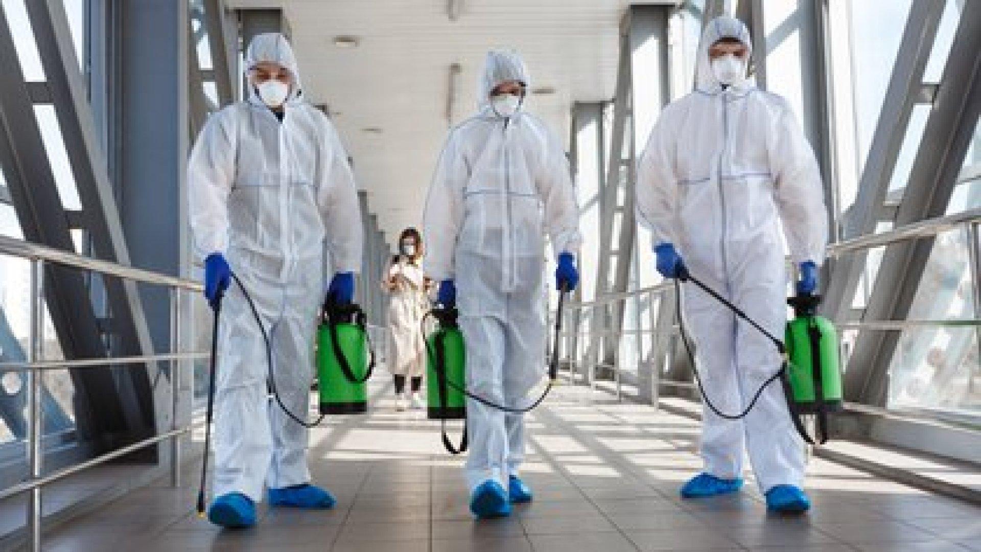 La sanitización constante es fundamental en la lucha contra el virus SARS-CoV-2 (Shutterstock)
