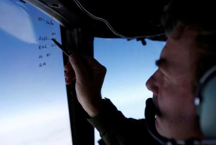 Un equipo de búsqueda del avión (REUTERS/Jason Reed/archivo)