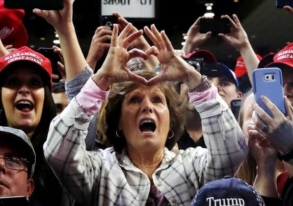 El público gesticula ante la aparición de Donald Trump en el escenario (Reuters)