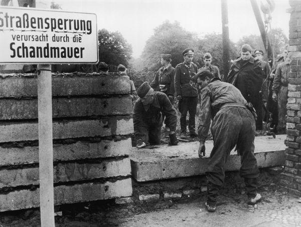 1961: soldados alemanes construyen el muro para dividir Berlín este y oeste (Getty Images)
