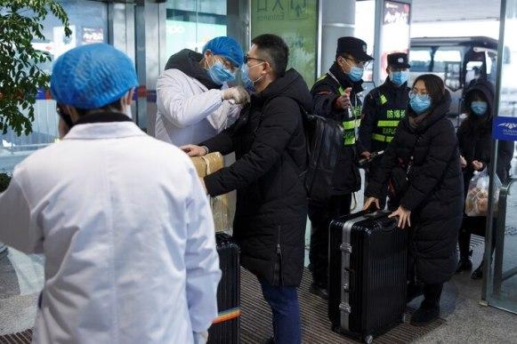 Rigurosas revisiones a pasajeros en el aeropuerto de Changsha, en la provincia de Hunan (Reuters)