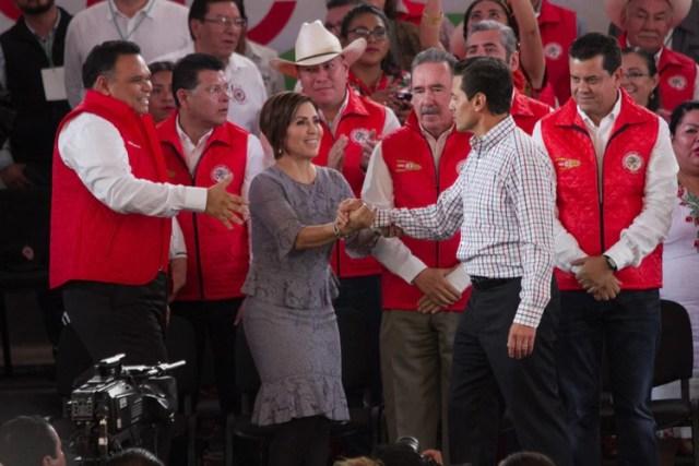 Enrique Peña Nieto, Presidente de México, saluda a Rosario Robles Berlanga, titular de la Sedesol (Foto: Cuartoscuro)