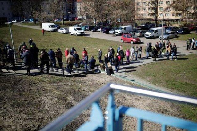 FOTO DE ARCHIVO: Viajeros llegados desde Polonia hacen fila junto a la frontera polaco-alemana en Fráncfort del Óder, Alemania, el 22 de marzo de 2021. REUTERS/Hannibal Hanschke