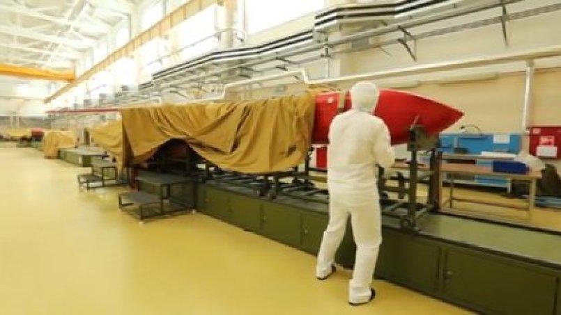 Un operario trabajando con un misil Burevestnik
