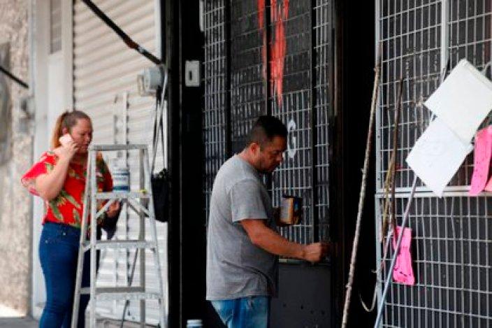 Más de 150 mil pequeños negocios mexicanos han cerrado de forma definitiva ante una caída de 30% en el consumo privado por la crisis de la covid-19, reportó este jueves la Alianza Nacional de Pequeños Comerciantes (Anpec). (Foto: EFE/ Francisco Guasco)