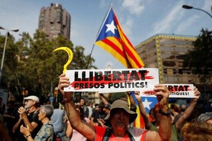 Manifestantes bloquean una calle junto a la Plaza de Cataluña durante una protesta contra las condenas a los líderes separatistas de Cataluña, el 14 de octubre de 2019 (REUTERS/Rafael Marchante)