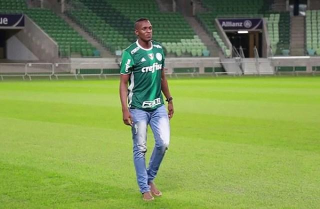 Cuando Yerry Mina fue presentado como jugador del Palmeiras también ingresó descalzo al campo de juego