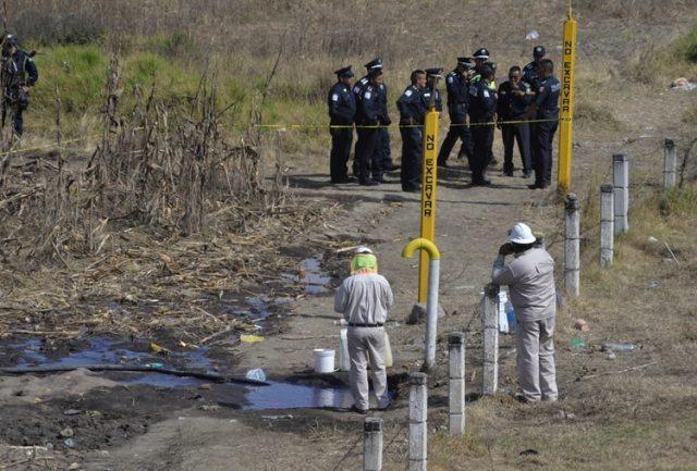 Autoridades resguardan toma irregular de combustible (Foto: Cuartoscuro)