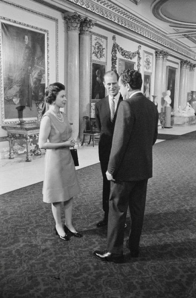 El presidente estadounidense Richard Nixon, la reina Isabel II y el príncipe Felipe recorren el Palacio de Buckingham en Londres. Fotografía tomada en febrero de 1969