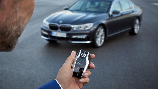 Estacionar o manipular la dirección del vehículo desde afuera del mismo es otra de las nuevas tecnologías