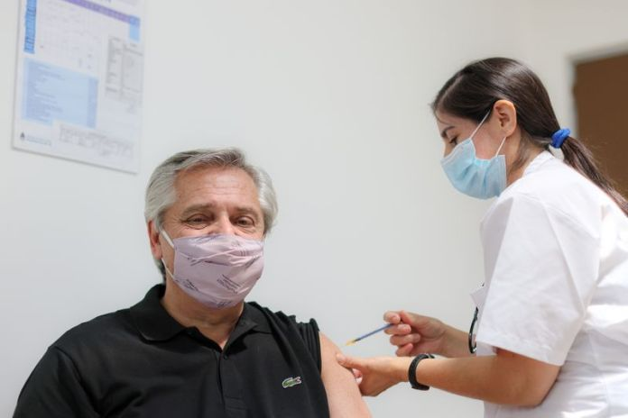 Alberto Fernández recibe la primera dosis de la vacuna rusa Sputnik V contra el COVID-19 en el Hospital Posadas