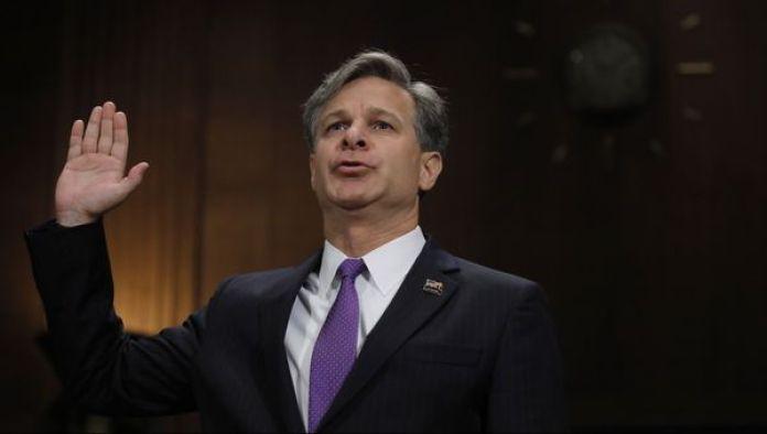 Christopher Wray jura antes de su audiencia en el Senado (Reuters)