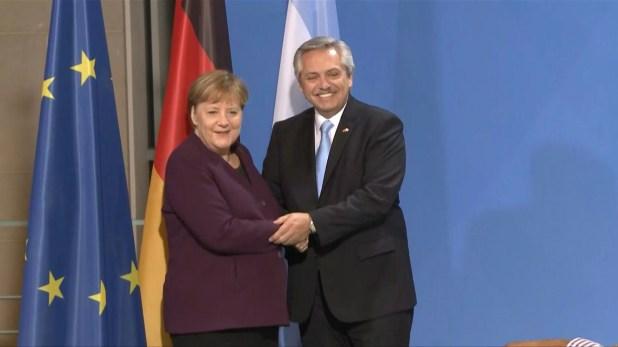 """El presidente argentino, Alberto Fernández, durante su encuentro en Berlín con la canciller alemana, Angela Merkel, cuando habló de """"materializar"""" el acuerdo Unión Europea-Mercosur, que aún debe ser ratificado por los parlamentos de los países miembros."""