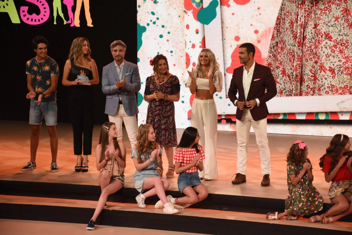 La actriz junto con el resto del elenco (Foto: Ana Hernández/Infobae México)