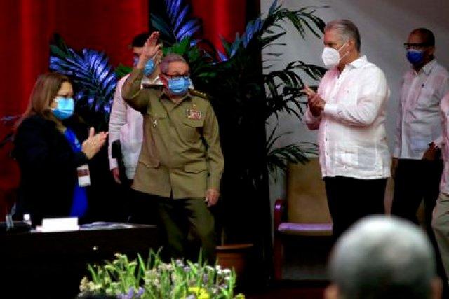 Raúl Castro Ruz, el ex primer secretario del Comité Central del Partido Comunista de Cuba (CC PCC), y el jefe de estado de Cuba, Miguel Díaz-Canel Bermúdez (d), asisten al VIII Congreso del Partido Comunista de Cuba que se realiza en el Palacio de Convenciones en La Habana, el pasado 16 de abril (EFE)