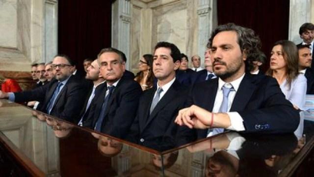 """(De izquierda a derecha, en primer plano), Agustín Rossi, ministro de Defensa, Eduardo """"Wado"""" de Pedro, ministro del Interior, y Santiago Cafiero, jefe de Gabinete."""