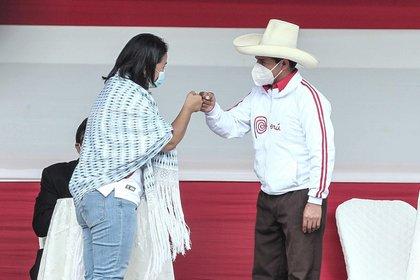 Los candidatos presidenciales Keiko Fujimori, del partido Fuerza Popular, y Pedro Castillo, del partido Perú Libre, se saludan durante el debate en Cajamarca (EFE/Aldair Mejía)