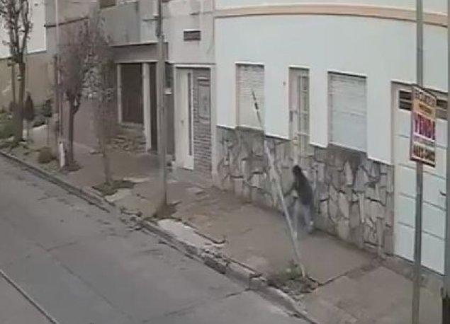 Después de apuñalarla y robarle el celular, el delincuente ingresó en una vivienda, a la vuelta de la casa de la víctima.