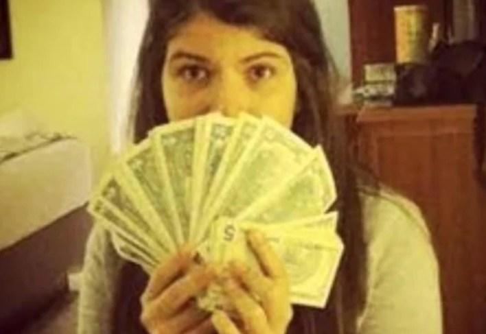 Rosines se subió a un avión a París a las pocas horas de publicar en las redes sociales una foto con un puño lleno de dólares en 2016. (Dailymail)