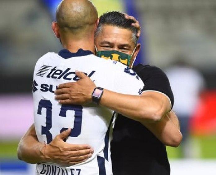 Carlos González, ex delantero de los Pumas abraza a Nacho Ambriz, luego de perder la final frente al León FC (Foto: Reuters)