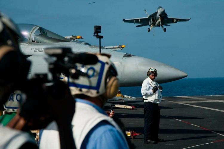 Un aviónF/A-18 en el USS Abraham Lincoln. (AP Photo/Jon Gambrell)
