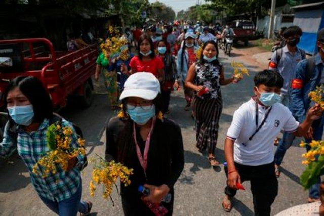 Manifestantes llevan flores durante una protesta contra el golpe militar en Mandalay, Birmania. EFE/EPA/STRINGER