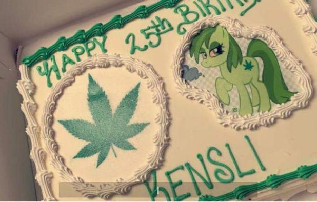 """El pastel entregado estuvo adornado con temática de """"mariguana""""(Foto: Facebook)"""