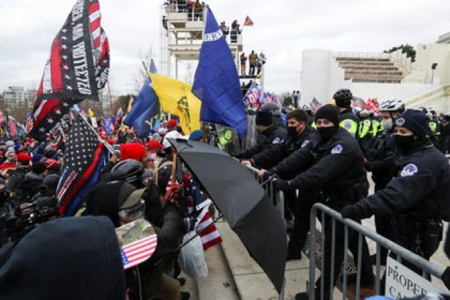 Cientos de partidarios de Trump frente al vallado que protege al Capitolio REUTERS/Leah Millis