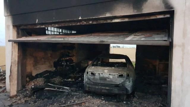 Así quedó el auto del intendente de Cambiemos de Basavilbaso, Entre Ríos tras el incendio en su casa