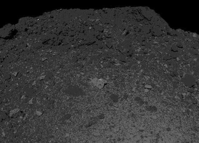 La nave espacial lanzada hace cuatro años, ha estado orbitando Bennu durante los últimos 24 meses y se prepara esta tarde para tocar brevemente su superficie (NASA)