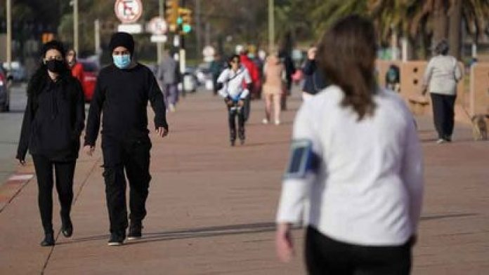 FILE PHOTO.  People walk through Montevideo amid the measures against the coronavirus pandemic (COVID-19), in Uruguay.  May 23, 2020. REUTERS / Mariana Greif