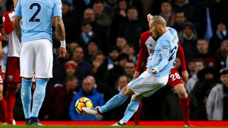 (REUTERS) David Silva continuará jugando en el Manchester City