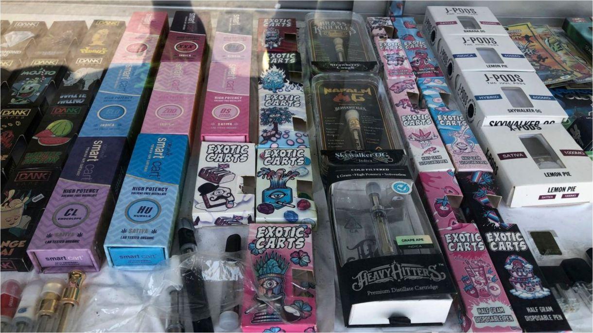 Empaques falsificados para algunas marcas populares de vapeo. (Foto: Michael R. Blood/AP)