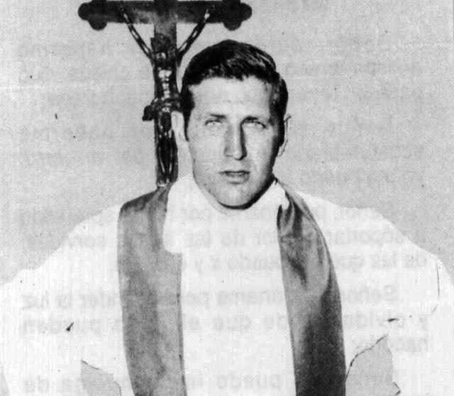 """El escritor Juan Mendoza dice que Mugica llegó a Cuba en 1968, tras los acontecimientos del Mayo francés. Fue """"un viaje fugaz, porque lo hacía a espaldas del obispo, para la jerarquía de la Iglesia [argentina], Mugica nunca se movió de Francia"""" (Archivo Télam)"""