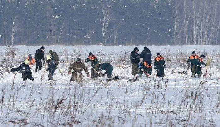 Continúan los trabajos de búsqueda en el lugar donde se accidentó el avión de Saratov Airlines. Murieron 71 personas (Reuters)