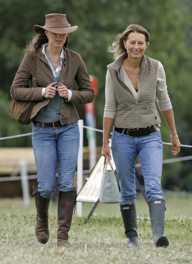 Kate con su madre, Carole Middleton, en2005 (Shutterstock)