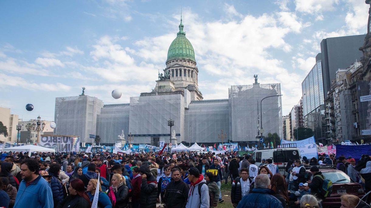 Cientos de manifestantes llegaron al Parlamento para seguir la sesión (foto de archivo: Franco Fafasuli)
