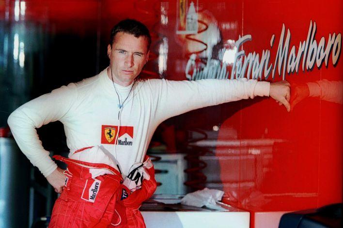 Eddie Irvine en la previa de un Grand Premio de Cataluña durante su etapa como piloto de Ferrari (Reuters)