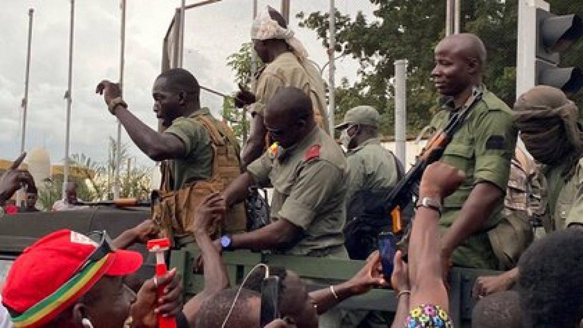 Soldados de Mali celebran el golpe de Estado llevado adelante contra el presidente. (Photo by MALIK KONATE / AFP)