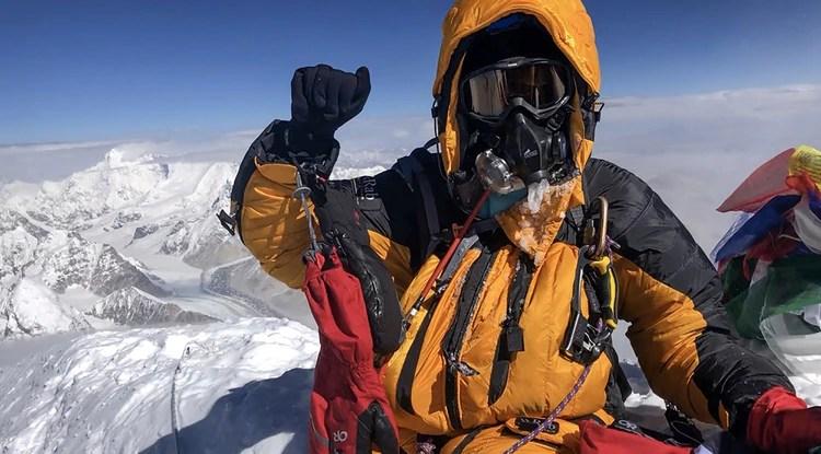 El montañista Saray Khumalo en la cima del Everest (Summits with a Purpose/ AFP)
