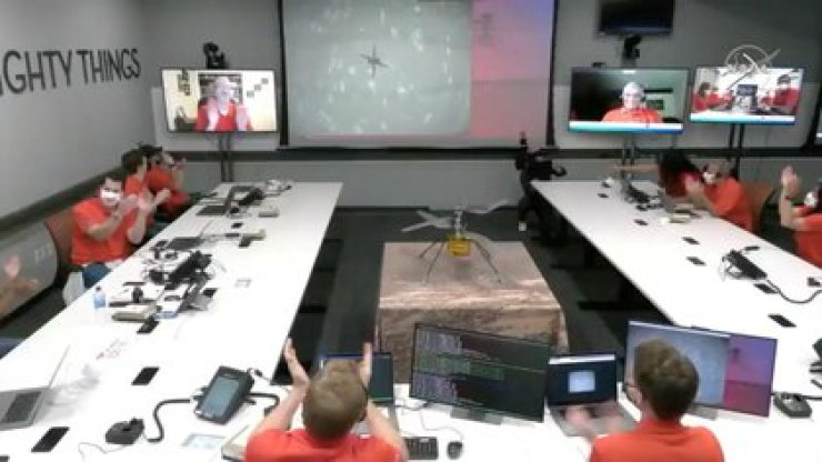 El equipo del Laboratorio de Propulsión a Chorro de la NASA (JPL, por sus siglas en inglés) reacciona después del primer vuelo del helicóptero de Marte Ingenuity en el planeta en esta imagen fija tomada de un video el 19 de abril de 2021 (NASA)