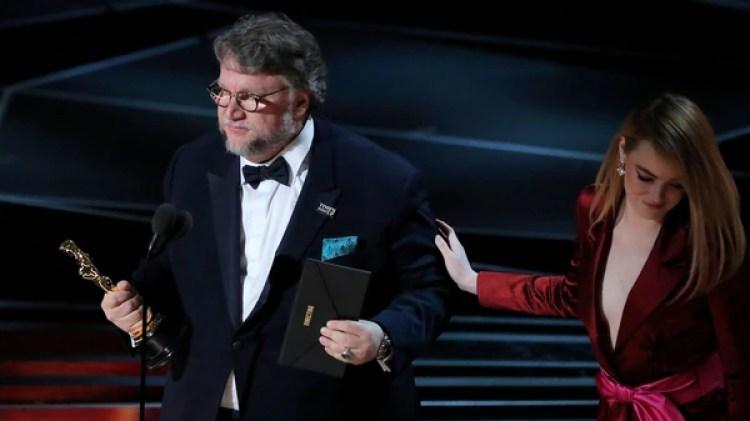 """Del Toro tras recibir su premio de mano de Emma Stone, ganadora como Mejor actriz en 2017 por """"La La Land"""" (Reuters)"""