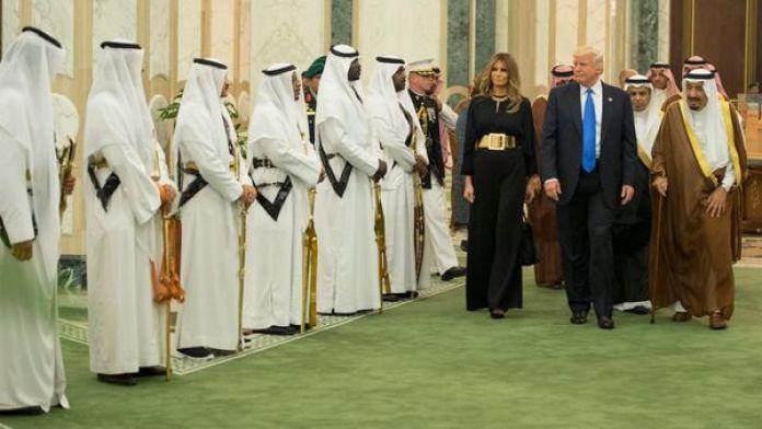 El presidente de los Estados Unidos, Donald Trump, y su esposa Melania durante la visita al rey de Arabia Saudita Salman bin Abdulaziz al Saud (Reuters)
