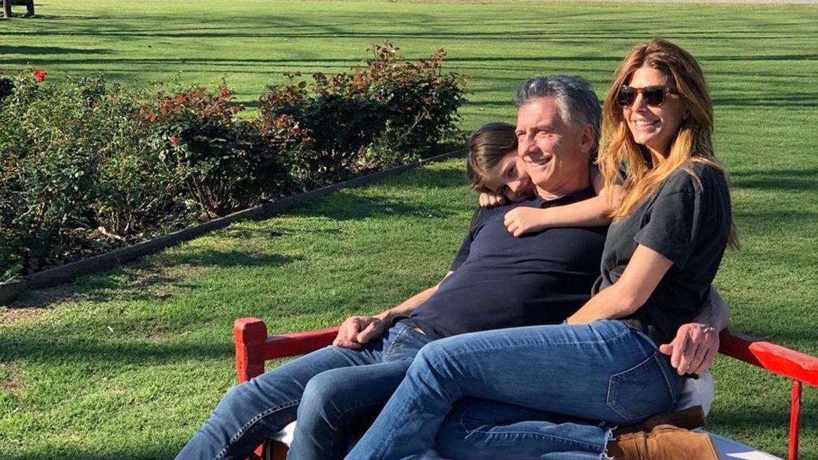 El Presidente, relajado, con su tercera esposa Juliana Awada y su hija menor, Antonia.