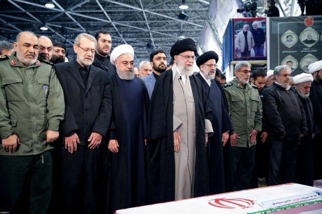 Rouhani y Khamenei observan el ataúd del general abatido Qassem Soleimani (Reuters)