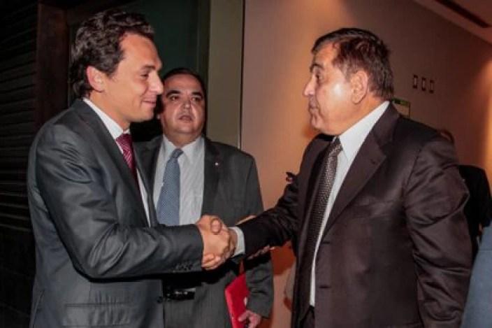 Alonso Ancira y Emilio Lozoya estrechan sus manos (Foto: Cuartoscuro)