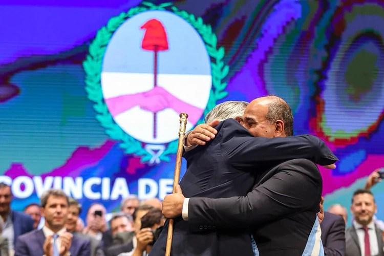 Alberto Fernández abraza a Juan Manzur en el acto de asunción del segundo mandato del gobernador