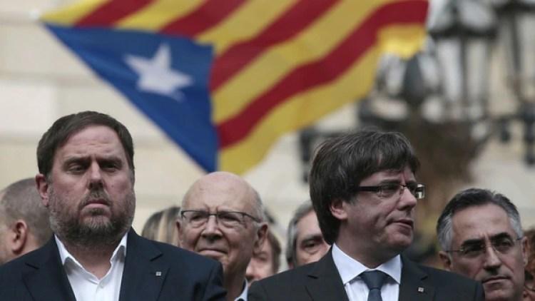 El presidente de la Generalitat, Carles Puigdemont, junto al vicepresidente catalán, Oriol Junqueras, durante un acto independentista en Barcelona. (AP/Manu Fernandez)